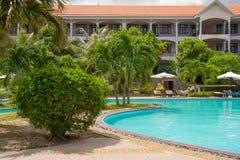 Het zwembad van de het hoteltoevlucht van het strand Stock Fotografie