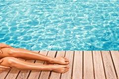 Het zwembad van de vrouwenzitting dichtbij Royalty-vrije Stock Foto's