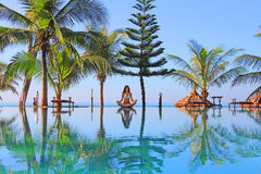 Het zwembad van de yogavrouw dichtbij Stock Afbeelding