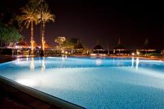 Het zwembad van het hotel bij nacht Stock Foto