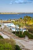 Het zwembad van het hotel door oceaan Royalty-vrije Stock Fotografie