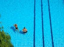 Het zwembad van het paar Royalty-vrije Stock Fotografie