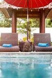Het zwembad van ligstoelen dichtbij Stock Afbeeldingen