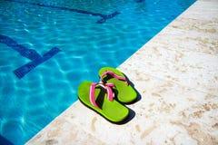 Het zwembad van pantoffels dichtbij royalty-vrije stock afbeeldingen