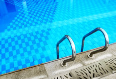 Het zwembadrand & ladder van het flatgebouw met koopflats Stock Afbeelding