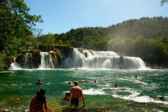 Het zwemmen bij waterval Stock Fotografie