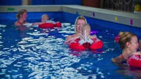 Het zwemmen in Cirkels stock videobeelden