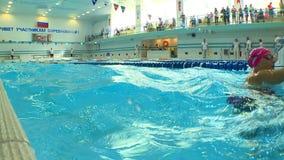 Het zwemmen competities in de pool stock video