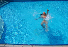 Het zwemmen in de pool royalty-vrije stock afbeelding