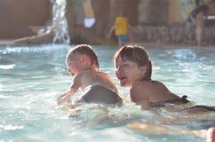 Het zwemmen in de pool Stock Foto
