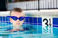 Het zwemmen in de pool Royalty-vrije Stock Foto's