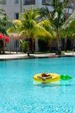 Het zwemmen in de pool en het ontspannen op vakantie royalty-vrije stock foto