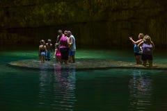 Het zwemmen in een Cenote stock fotografie