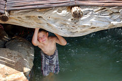 Het zwemmen in een rotspool Stock Afbeeldingen