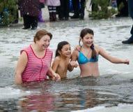 Het zwemmen in het ijs-gat. Feest van Epiphany Royalty-vrije Stock Foto's