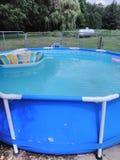 Het zwemmen koelt in de zomer stock foto's
