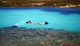 Het zwemmen in kristallijne duidelijke overzees Stock Foto