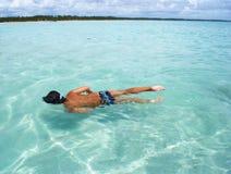 Het zwemmen in kristallijne duidelijke overzees in Brazilië Stock Fotografie