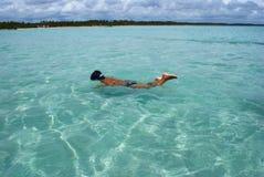 Het zwemmen in kristallijne duidelijke overzees in Brazilië Stock Afbeeldingen