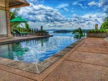 het zwemmen met oceaanmening in banyan boomtoevlucht royalty-vrije stock foto