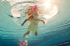 Het zwemmen onder het watermeisje met bloem Stock Afbeeldingen
