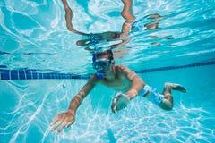 Het zwemmen onder Water in Pool stock fotografie