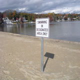 Het zwemmen op Aangewezen slechts Gebied Royalty-vrije Stock Foto