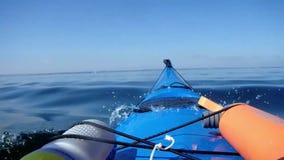 Het zwemmen op kajak stock footage