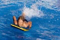 Het zwemmen in pool stock fotografie