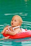 Het zwemmen van de baby Stock Afbeeldingen