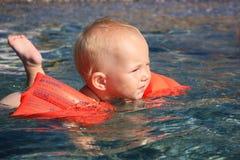 Het zwemmen van de baby in het overzees Stock Afbeeldingen