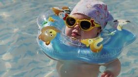 Het zwemmen van de baby met hals zwemt ring stock videobeelden
