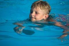 Het zwemmen van de jongen Stock Afbeeldingen