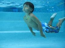 Het zwemmen van de jongen stock foto's