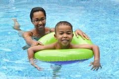 Het Zwemmen van de moeder en van het Kind Stock Afbeeldingen