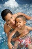 Het Zwemmen van de moeder en van het Kind Stock Foto's