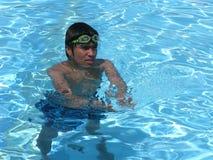 Het zwemmen van de tiener stock afbeeldingen