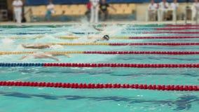Het zwemmen van de vlindermensen van de de concurrentiestijl, eindigt stock videobeelden