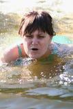 Het zwemmen van de vrouw stock fotografie