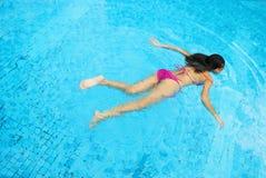 Het zwemmen van de vrouw stock afbeelding
