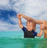 Het zwemmen van het jonge geitje oefeningen Royalty-vrije Stock Fotografie