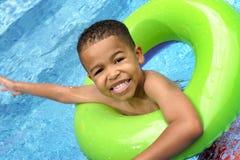 Het Zwemmen van het kind stock afbeeldingen