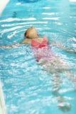 Het zwemmen van het kind rugslag Royalty-vrije Stock Foto's