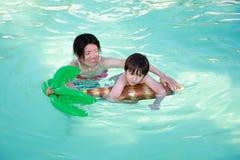 Het zwemmen van het mamma en van de Zoon royalty-vrije stock afbeelding