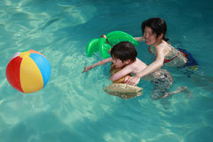 Het zwemmen van het mamma en van de Zoon royalty-vrije stock foto's