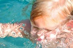 Het Zwemmen van het meisje Stock Afbeeldingen