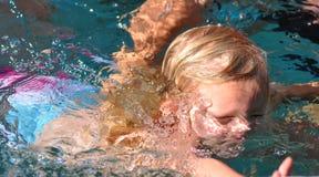 Het Zwemmen van het meisje Royalty-vrije Stock Afbeeldingen