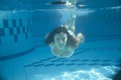 Het zwemmen van het meisje Stock Afbeelding