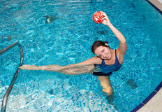 Het zwemmen van het meisje royalty-vrije stock fotografie