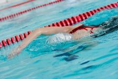 Het zwemmen van het meisje de slag of kruipt neer gezicht Stock Foto's